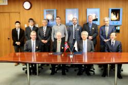 Avtalen mellom JAXA og Norsk Romsenter om forskning med sonderakettene ICI-4 og SS-520-3 ble undertegnet i Tokyo 16. januar 2015. Foto: JAXA