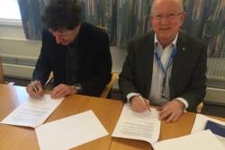 Bo Andersen (t.v.), administrerende direktør ved Norsk Romsenter, og Torstein Olsen, direktør ved Nasjonal kommunikasjonsmyndighet, signerer samarbeidsavtale mellom de to etatene fredag 22. januar 2016. Foto: Norsk Romsenter