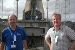 Steinar Thomsen (til venstre) og Frank Udnæs ved Norsk Romsenter på besøk under oppskyting i den europeiske romhavnen i Kourou i Fransk Guyana. Foto: Norsk Romsenter