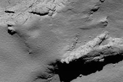 Overflaten av kometen 67P sett under Rosettas landing. Her er Rosetta 5,7 kilometer fra overflaten av kometen. Foto: ESA/Rosetta/MPS for OSIRIS Team MPS/UPD/LAM/IAA/SSO/INTA/UPM/DASP/IDA