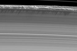 Saturns ringer er ikke helt flate. Øverst synes vertikale strukturer langs kanten av B-ringen, sett av romsonden Cassini i 2009. Foto: NASA