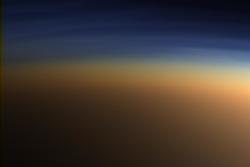 Titans tykke atmosfære har både enkle og komplekse organiske molekyler. Her sett av Cassini i 2005. Fargene er ekte.