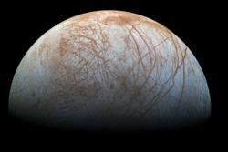 Europa er Jupiters fjerde største måne, den er litt mindre enn jordas måne, og er dekket av is. Det tykke skallet av is skjuler et hav av flytende vann, som kan ha mikrobielt liv.
