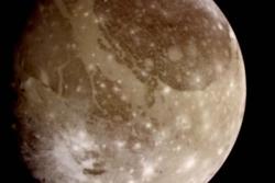 Jupiters ismåne Ganymedes sett av NASAs romsonde Galileo i 1996. Foto: NASA/JPL