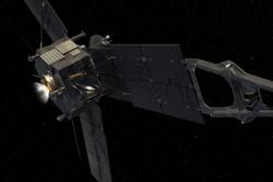 For å komme seg inn i bane rundt Jupiter for å forske på solsystemets største planet fyrer Juno rakettmotoren sin i 35 minutter. Grafikk: NASA/JPL