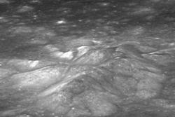 Bullialdus-krateret på månen. I midten sees fjelltoppene som sitter sentralt i krateret, med kraterveggen i bakgrunnen. Foto: NASA/GSFC/Arizona State University