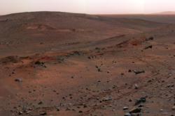Landskap tatt i Gusev Krater i 2005 av roveren Spirit. Fargene er falske.