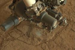 Roveren Curiosity borer i overflaten på Mars for første gang. I denne steinen, kalt John Klein, fant Curiosity mineraler som dannes i vann. Foto: NASA/JPL-Caltech/Malin Space Science Systems