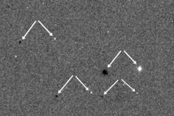 Det første bildet fra ExoMars 2016 er en test. Den like forskyvningen mellom de samme stjernene (hvert pilpar) på de to eksponeringene viser at kameraet og dets rotasjonsmekanisme virker som det skal. Foto: ESA/Roscosmos/CaSSIS