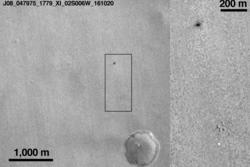 Området på Mars der Schiaparelli skulle lande, her sett den 20. oktober 2016. Den lyse flekken nederst i rammen er Schiaparellis fallskjerm, mens den mørke flekken er restene etter Schiaparelli. Foto: NASA/JPL-Caltech/MSSS
