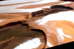 Ved nordpolen på Mars finnes det vann i form av is. Klippene på bildet er mer enn 2000 meter høye. Tatt av Mars Express.