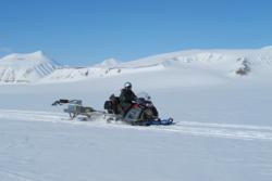 Antennen til georadaren RIMFAX testes på scooterdrevet slede på Svalbard. RIMFAX skal til Mars med NASAs nye rover, Mars2020. Foto: FFI
