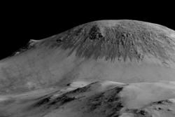Striper av flytende saltvann på Mars. Vannet inneholder perkloratsalter og er flytende i temperaturer som finnes på Mars under varme årstider. Foto: NASA/JPL/University of Arizona