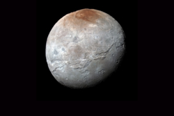 Plutos måne Charon sett av New Horizons i juli 2015. Det røde nordpolområdet kalles Mordor Macula, slettene i sør Vulcan Planum. Kløften langs ekvator er solsystemets nest lengste. Foto: NASA/Johns Hopkins University Applied Physics Laboratory/Southwest Research Institute
