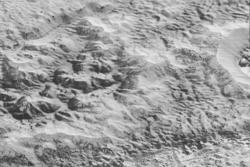 Nærbilde av fjell, åser og kløfter på Pluto, sett av New Horizons 14. juli 2015. Foto: NASA/JHUAPL/SwRI