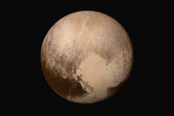 Pluto sett av romsonden New Horizons før forbiflygningen 14. juli 2015. Bildet viser Pluto i ekte farger. Foto: NASA/JHUAPL/SwRI