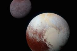 Pluto (i forgrunnen) og Charon sett av New Horizons i juli 2015. Begge isverdenene har flere ulike geologiske strukturer og kan ha et globalt hav under overflaten. NASA/Johns Hopkins University Applied Physics Laboratory/Southwest Research Institute