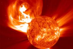 Et stort utbrudd på sola sett av solsatellitten SOHO. Slike store utbrudd kalles for solstormer og kan påvirke elektronikk i bane rundt jorda og på bakken. Foto: SOHO/NASA/ESA