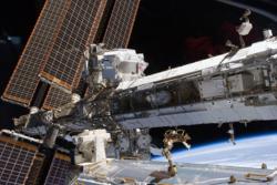 Fysikkeksperimentet AMS-02 sitter på romstasjonen  for å undersøke mørk materie. Foto: NASA