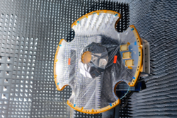 Romteleskopet Gaias antenne prøves ut i testkammeret hos industrigiganten EADS i Madrid. Foto: Astrium/A. Martin