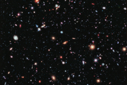 Universet sett med ekstremt dybdefokus av romteleskopet Hubble. Hvert lyspunkt er en galakse. Foto: NASA/ESA