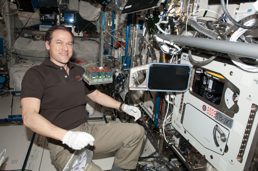NASAs astronaut Tom Marshburn er klar til å sette frø inn i vekstkamrene på romstasjonen som styres fra Norge. Foto: ESA/NASA