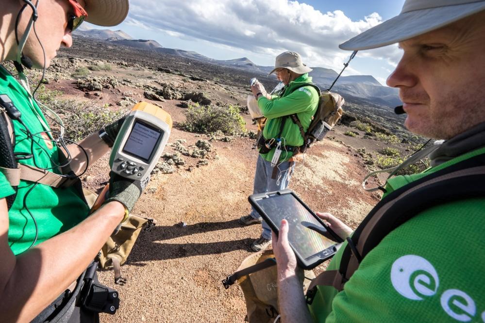 Romfarere øver seg på å bruke planetforsker-appen Electronic Field Book under Pangaea 2018 på Lanzarote. Foto: ESA/A. Romeo