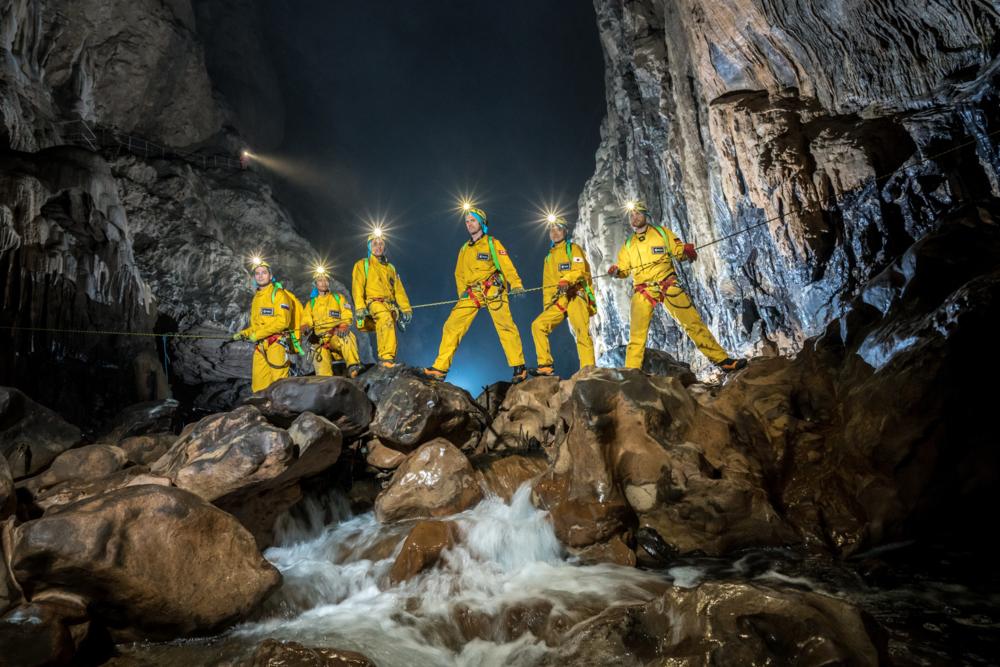 ESAs astronauter i aksjon under en av side grottetreninger.