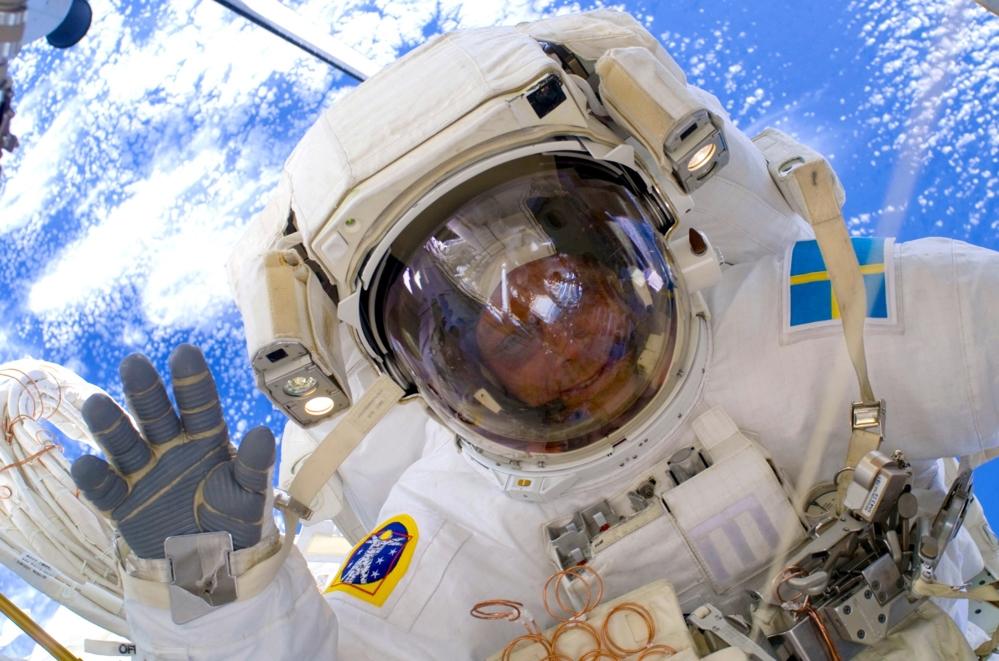 Christer Fuglesang på romvandring på romstasjonen i 2009. Foto: NASA/ESA
