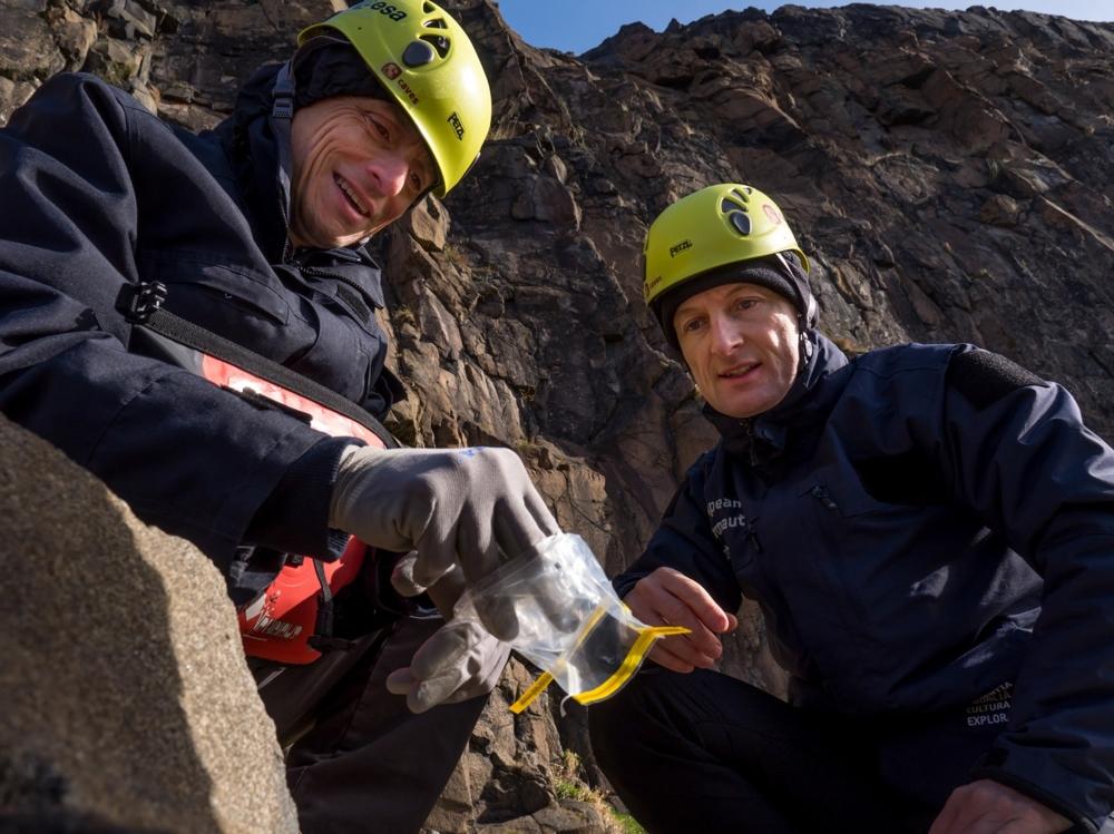 Romfarerne Pedro Duque (t.v.) og Matthias Maurer lærer seg geologi og planetforskning. Foto: ESA/S. Sichio