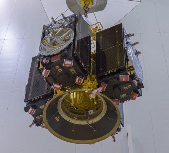 Galileo-satellitt 23, 24, 25 og 26 heises på plass i bæreraketten før oppskyting 25. juli 2018. Foto: ESA/CNES/Arianespace/Optique Video du CSG/P. Baudon