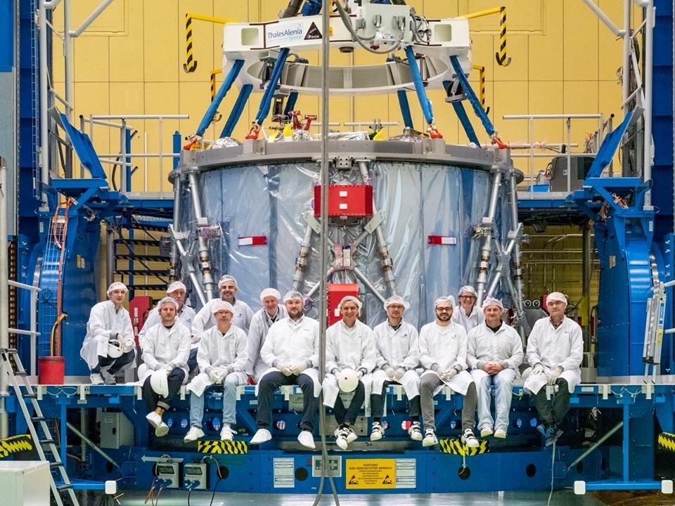 Gruppen som bygget den europeiske servicemodulen til Orion jobbet på skift døgnet rundt for å bli ferdig i tide. Foto: NASA/R. Sinyak