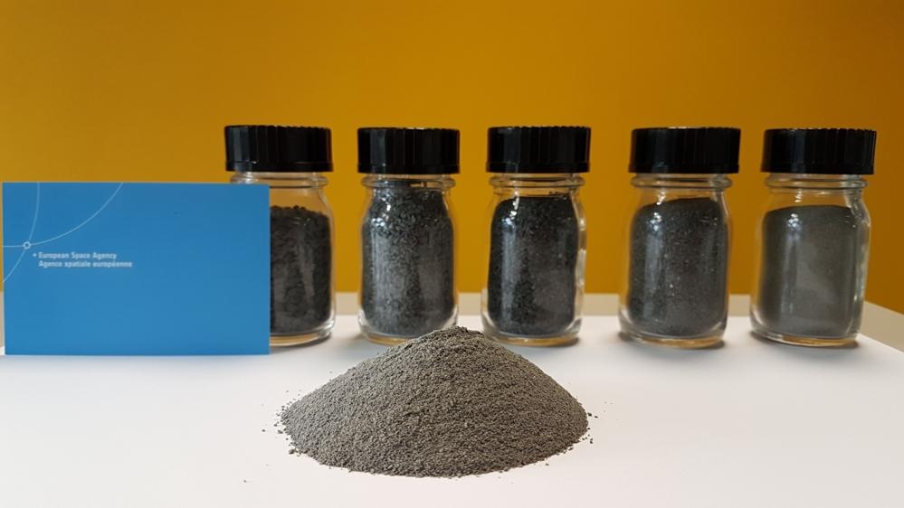Kunstig måneregolitt, kalt EAC-1, laget av vulkansk materiale. Foto: ESA