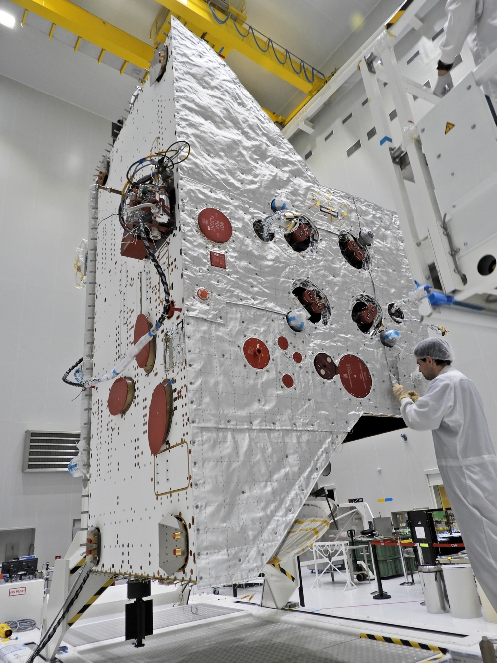 BepiColombos varmebeskyttende teppe sys fast. Foto: ESA/B. Guillaume