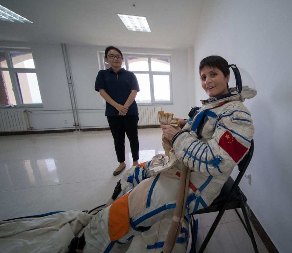 ESAs italienske romfarer, Samantha Cristoforetti, i kinesisk romdrakt under trening sammen med kinesiske astronauter. Foto: ESA/S. Corvaja
