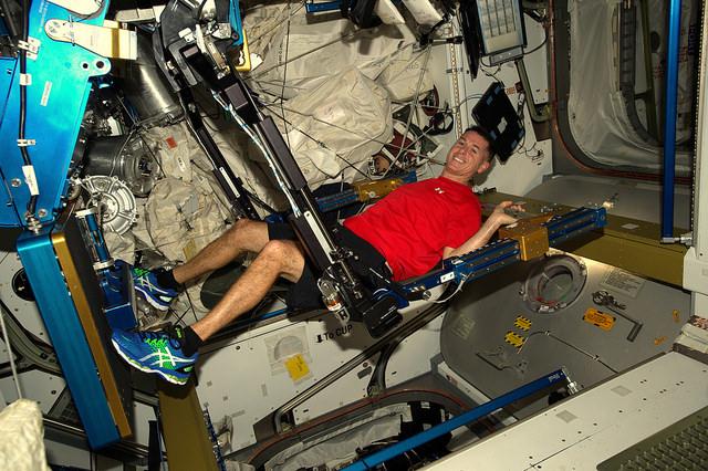 NASAs romfarer Shane Kimbrough trener på romstasjonen. Romfarere må trene minst to timer hver dag. Foto: NASA