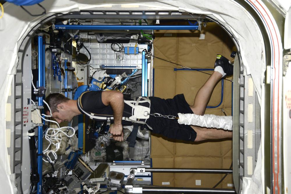 ESAs franske romfarer, Thomas Pesquet, løper på tredemøllen på romstasjonen. Thomas var på romstasjonen i seks måneder i 2016/2017 og skal tilbake i 2021. Foto: NASA/ESA