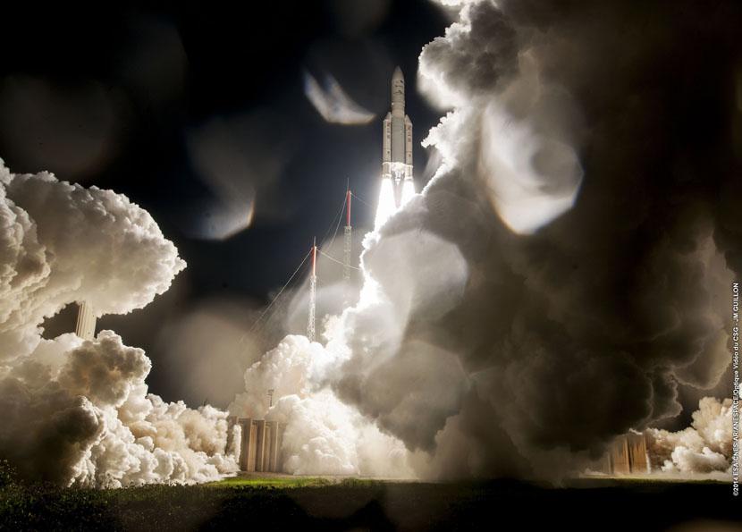 Den første Ariane 5-raketten som er skutt opp fra Kourou med norsk oppskytingsleder farer til himmels kvelden 16. oktober 2014. Foto ESA/CNES