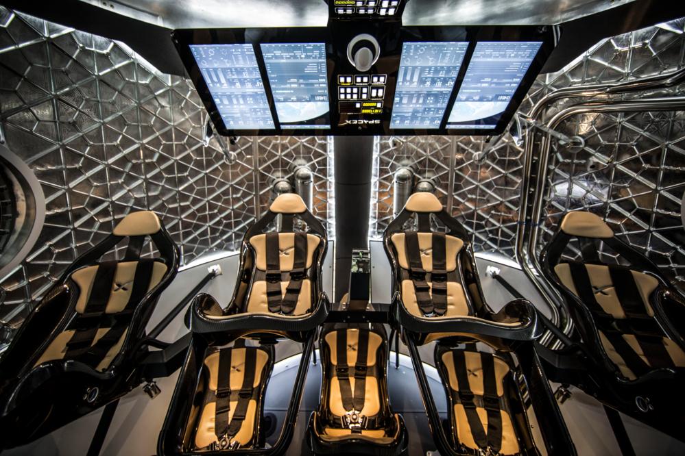 Innsiden av Dragon V2, SpaceX sitt nye fartøy for bemannet romfartøy. Foto: SpaceX