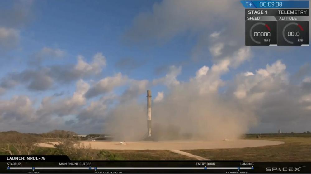SpaceX sin gjenbrukbare rakett Falcon 9 lander etter å ha skutt opp spionsatellitt 1. mai 2017. Foto: SpaceX