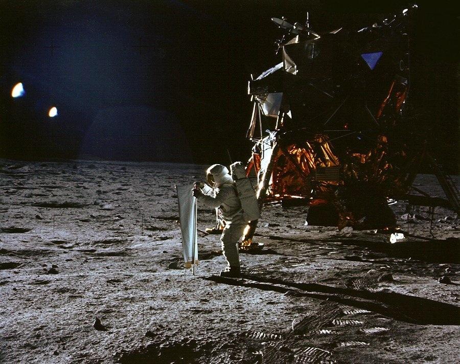 Buzz Aldrin folder ut en solvindsamler på månen i 1969. Foto: NASA