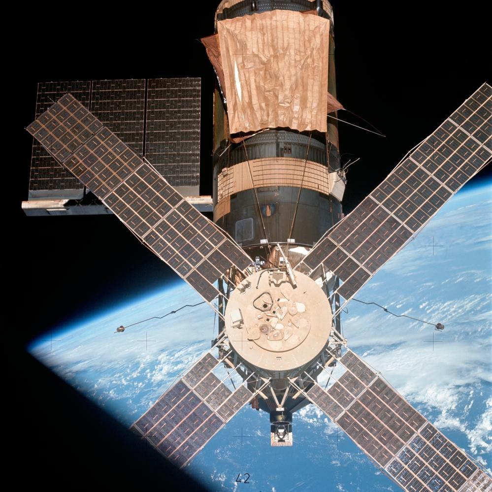 Skylab, den første amerikanske romstasjonen, med Apollo Telescope Mount som bar flere solforskningsinstrumenter. Foto: NASA