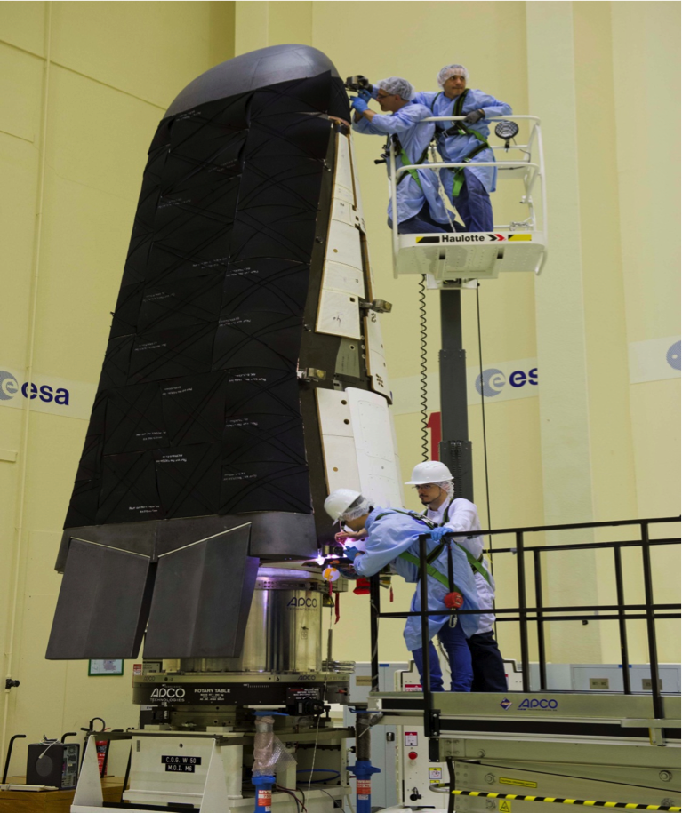 Romfartøyprototypen IXV klargjøres for de siste testene før oppskytingen som skal skje i november 2014. Foto: ESA