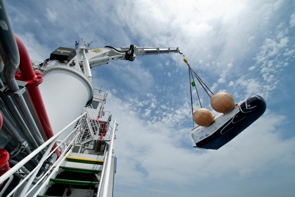 En protop av ESAs Intermediate eXperimental Vehicle (IXV) løftes ombord etter siste test til havs i juni 2014. Foto: Neri/Livorno