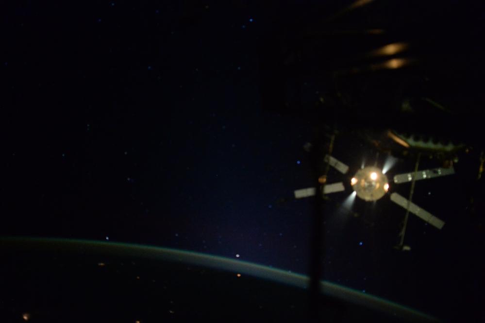 Den femte og siste av de europeiske forsyningsfartøyene ATV forlater romstasjonen 15. februar 2015 for å brenne opp i atmosfæren. Foto: ESA/NASA