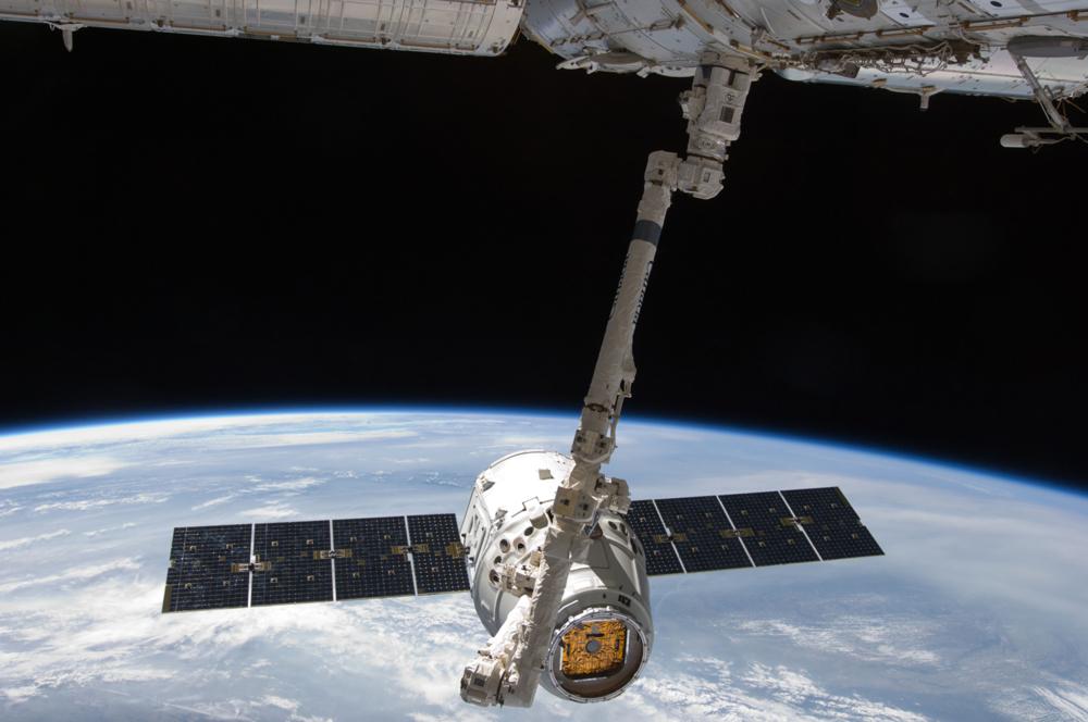 Forsyningsfartøyet Dragon ved romstasjonen i mai 2012. Foto: SpaceX
