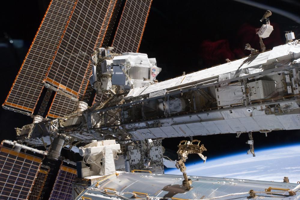 Kvantefysikkeksperimentet AMS-02 sitter på utsiden av romstasjonen for blant annet å måle mørk materie. Foto: NASA