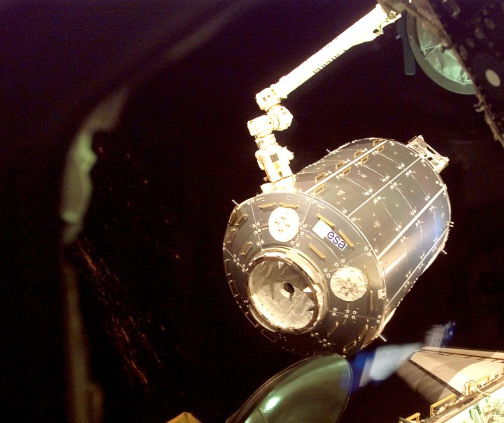 Den europeiske laboratoriemodulen Columbus under montering på romstasjonen. Foto: ESA/NASA