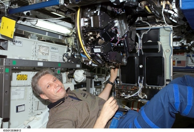Sentrifuge med vekstkamre (EMCS) monteres på romstasjonen av astronaut Thomas Reiter i 2006. Foto: NASA