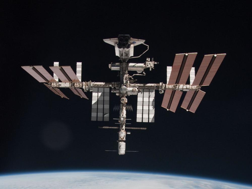 Romstasjonen, romfergen Endeavor og forsyningsfartøyet ATV i mai 2011. Foto: NASA/ESA